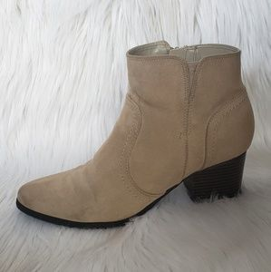 Low-heeled Tan Boots